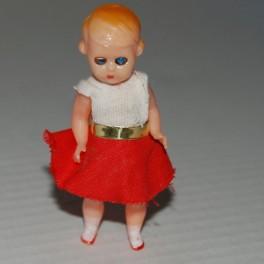 Plast docka Hong Kong vitt linne och röd kjol