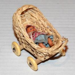 Dockskåps vagn i korg med baby