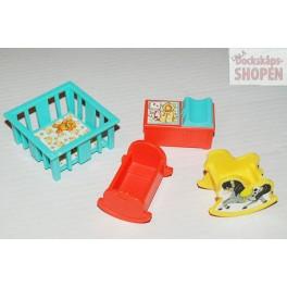 4 plast möbler till barnen i dockskåpet